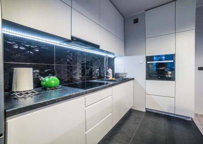 nowoczesna-kuchnia-w-bieli-z-kontastujacymi-blatami-w-czerni-mobiliani-bydgoszcz-005